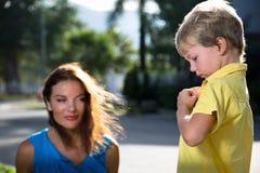 Juegos de la madre con su hijo Foto de archivo