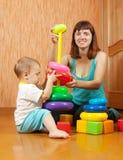 Juegos de la madre y del bebé con los juguetes Foto de archivo