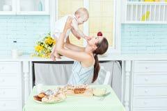 Juegos de la mamá con el niño imagen de archivo libre de regalías