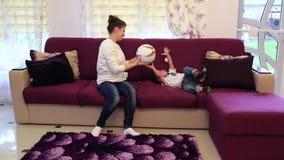Juegos de la mamá con la bola joven del hijo almacen de metraje de vídeo
