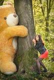 Juegos de la muchacha con el oso de peluche Fotografía de archivo