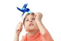 Juegos de la muchacha con el palillo del propulsor del juguete aislado foto de archivo