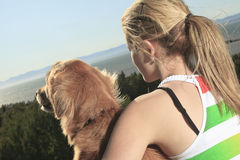 Juegos de la muchacha con el perro afuera Imagen de archivo