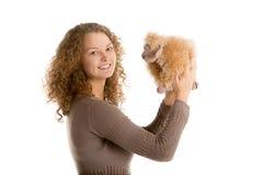 Juegos de la muchacha con las ovejas rellenas del juguete Imágenes de archivo libres de regalías