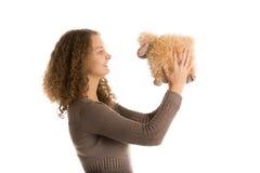 Juegos de la muchacha con las ovejas rellenas del juguete Fotografía de archivo libre de regalías