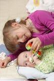 Juegos de la muchacha con su hermano Foto de archivo libre de regalías