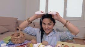 Juegos de la mujer con los oídos del conejito almacen de video