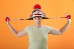 Juegos de la mujer con su casquillo Fotografía de archivo