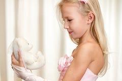 Juegos de la niña con el peluche-oso de la boda Fotografía de archivo