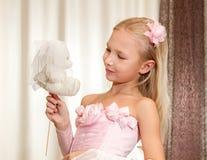 Juegos de la niña con el peluche-oso de la boda Fotografía de archivo libre de regalías