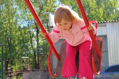 Juegos de la niña en el oscilación Niñez los mejores años Imagen de archivo libre de regalías