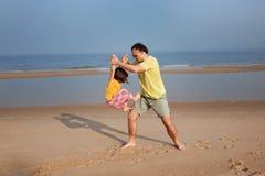 Juegos de la playa de la familia, familia hppy Foto de archivo
