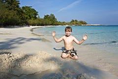 Juegos de los muchachos en la playa con la arena Imagen de archivo