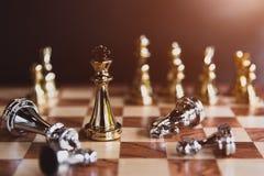 Juegos de mesa del ajedrez para el ganador pasado del soporte en la competencia de la distribuci?n de mercado empresarial como in imagenes de archivo