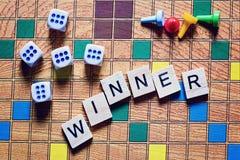 Juegos de mesa El ganador del juego cubos y microprocesadores del juego en la lona fotos de archivo