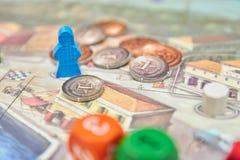 Juegos de mesa temáticos Figuras coloridas del juego con los dados a bordo vista vertical del primer del juego de mesa imagen de archivo