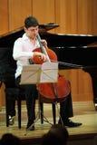 Juegos de N.Hakhnazaryan en el violoncelo de Stradivari Imágenes de archivo libres de regalías