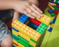 Juegos de niños con los ladrillos de Lego en Milán, Italia Imagen de archivo libre de regalías