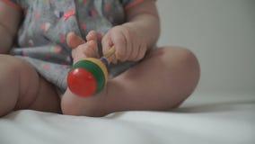 Juegos de niños de un bebé con un traqueteo almacen de metraje de vídeo
