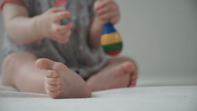 Juegos de niños de un bebé con un traqueteo metrajes