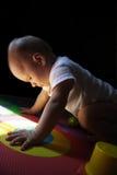 Juegos de niños en la estera numérica del rompecabezas fotografía de archivo libre de regalías