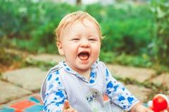 Juegos de niños en la hierba Fotografía de archivo libre de regalías