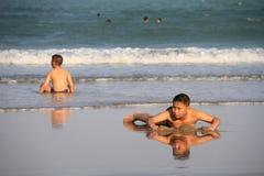 Juegos de niños en la playa Fotografía de archivo libre de regalías