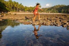 Juegos de niños de la pobreza en la playa imagen de archivo libre de regalías
