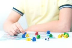 Juegos de niños un juego de mesa en la tabla fotos de archivo libres de regalías