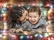 Juegos de piel morena de la madre con su hijo Día del `s de la madre fotografía de archivo libre de regalías