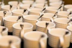 Juegos de té, tazas del café con leche de la colección, comida fría, abasteciendo Foto de archivo libre de regalías
