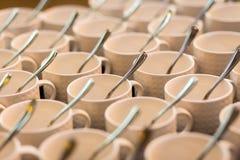 Juegos de té, tazas del café con leche de la colección, comida fría, abasteciendo Imagen de archivo libre de regalías