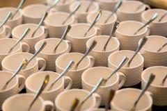 Juegos de té, tazas del café con leche de la colección, comida fría, abasteciendo Imágenes de archivo libres de regalías