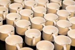Juegos de té, tazas del café con leche de la colección, comida fría, abasteciendo Fotografía de archivo