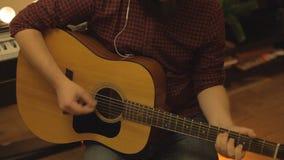 Juegos de un muchacho de los jóvenes en una guitarra almacen de metraje de vídeo