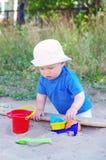 Juegos del bebé con la arena Fotos de archivo libres de regalías