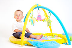 Juegos del bebé con los juguetes Imagen de archivo libre de regalías