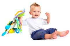 Juegos del bebé con los juguetes Imágenes de archivo libres de regalías