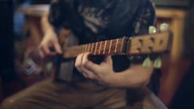 Juegos del guitarrista en la guitarra eléctrica almacen de metraje de vídeo
