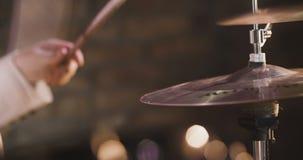 Juegos del hombre en los tambores fijados almacen de video