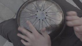 Juegos del individuo en el tambor del hapi detallado metrajes