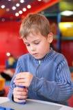 Juegos del muchacho con el constructor en jardín de la infancia Imágenes de archivo libres de regalías