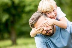 Juegos del muchacho con el padre Fotos de archivo libres de regalías