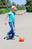 juegos del muchacho con una bola Fotos de archivo libres de regalías