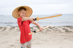 Juegos del muchacho con una espada del samurai Foto de archivo libre de regalías