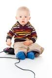 Juegos del muchacho del pequeño niño con una palanca de mando imagen de archivo libre de regalías