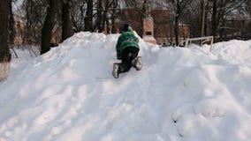 Juegos del muchacho en la nieve Desplazamiento de las montañas nevosas al revés almacen de video