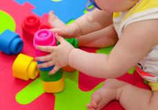 Juegos del niño con la unidad de creación Imagenes de archivo