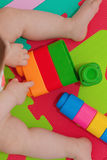 Juegos del niño con la unidad de creación Fotos de archivo libres de regalías