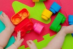 Juegos del niño con la unidad de creación Fotografía de archivo libre de regalías